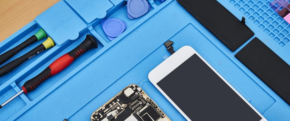 defekt smartphone with repair tool